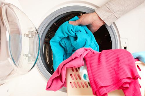 Giặt quần áo mới trước khi mặc cho con